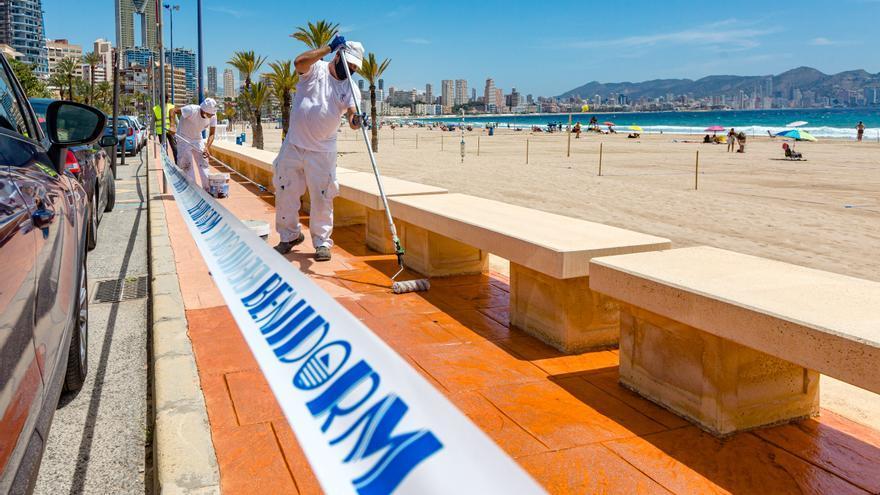 Benidorm repara el paseo de La Cala para el arranque de la temporada estival