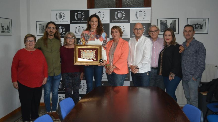 Benetússer entrega la medalla de plata a la campeona de Europa de baloncesto María Pina Tolosa