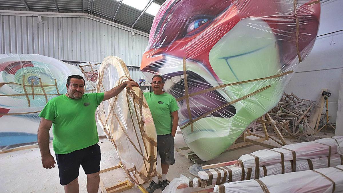 Luis Palacio y Pepe Mas, en su antiguo taller de Oliva con un ninot ya acabado de una hoguera.                           | XIMO FERRI
