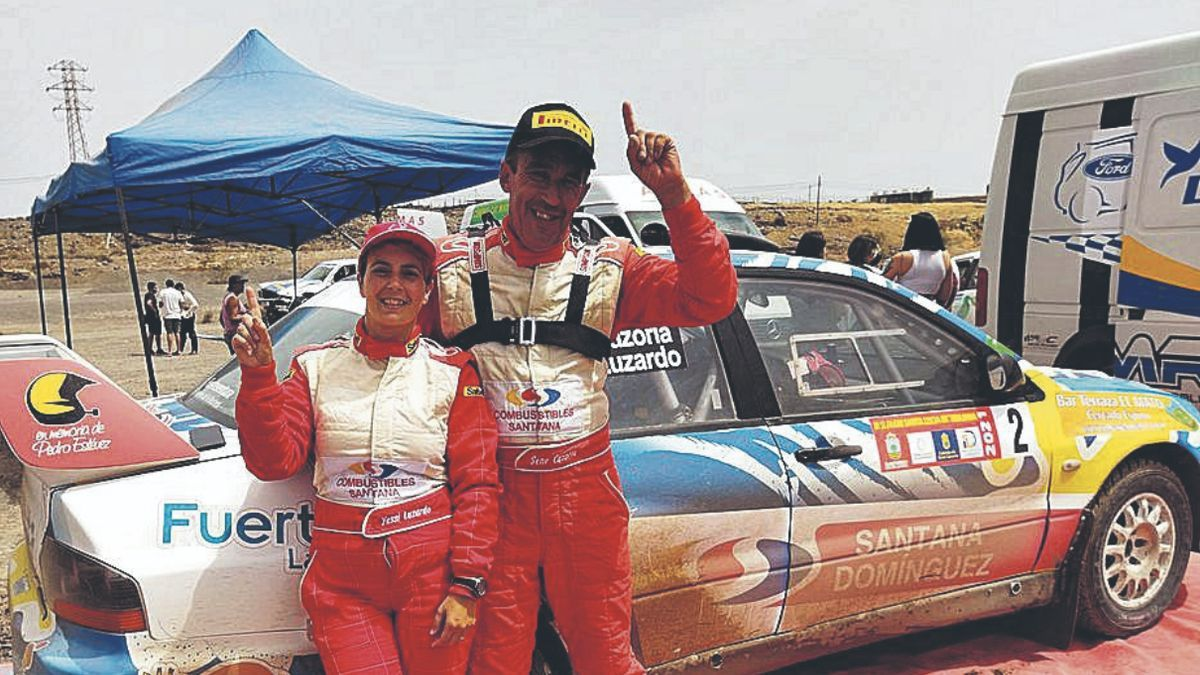 Jésica Luzardo y Sene Cazorla celebran junto a su coche la victoria.     LP/DLP
