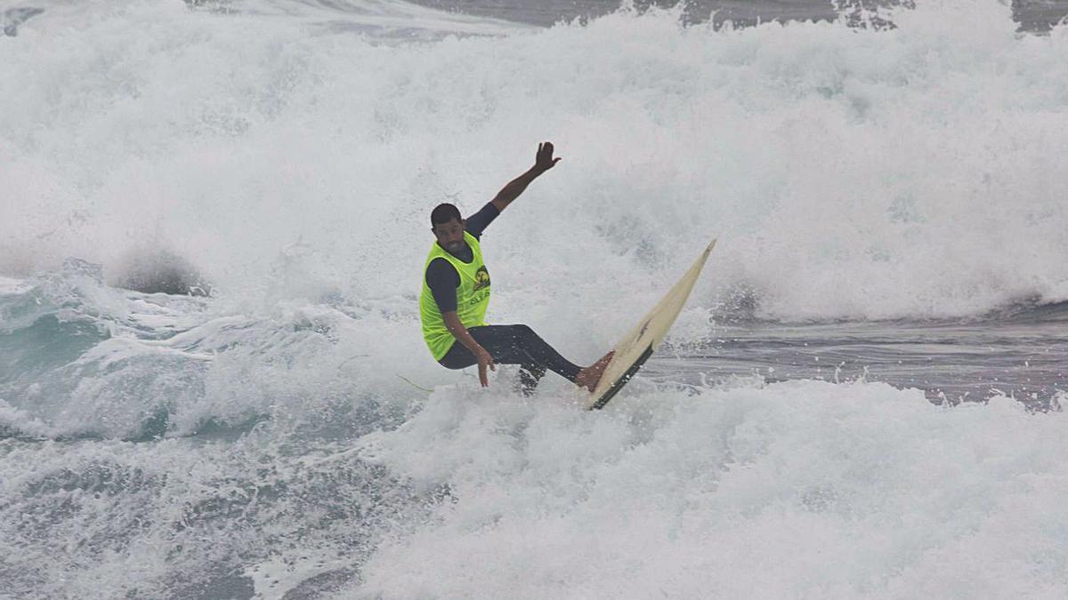 Uno de los competidores surca con su tabla las olas embravecidas que se vieron ayer en El Puertillo.     LP/DLP