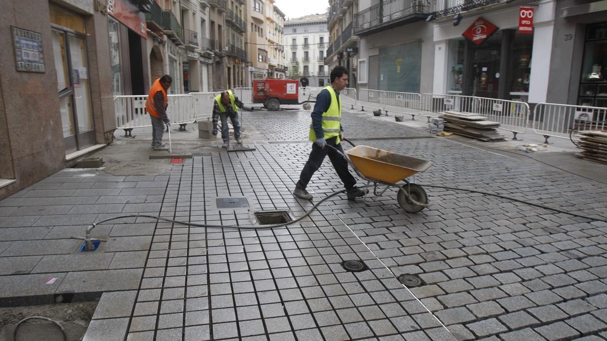 Obras de la peatonalización del Coso Bajo de Huesca, en el 2015.