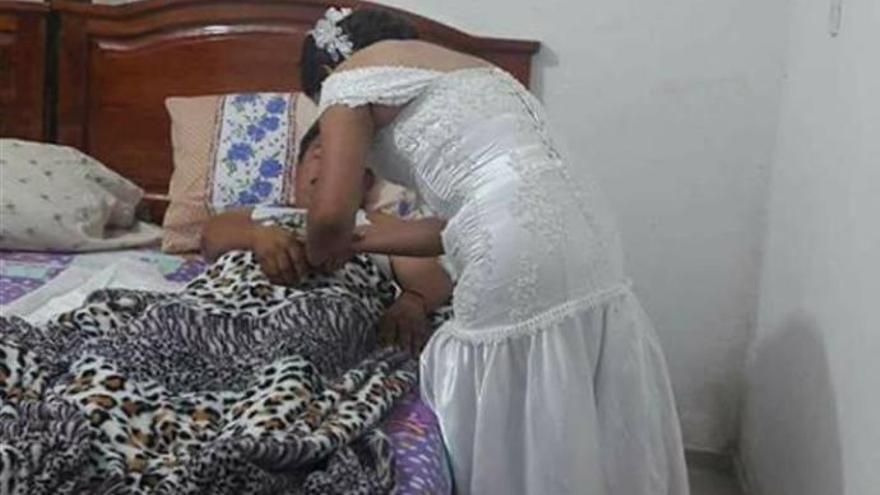 Una enfermera deja su boda para atender a un paciente