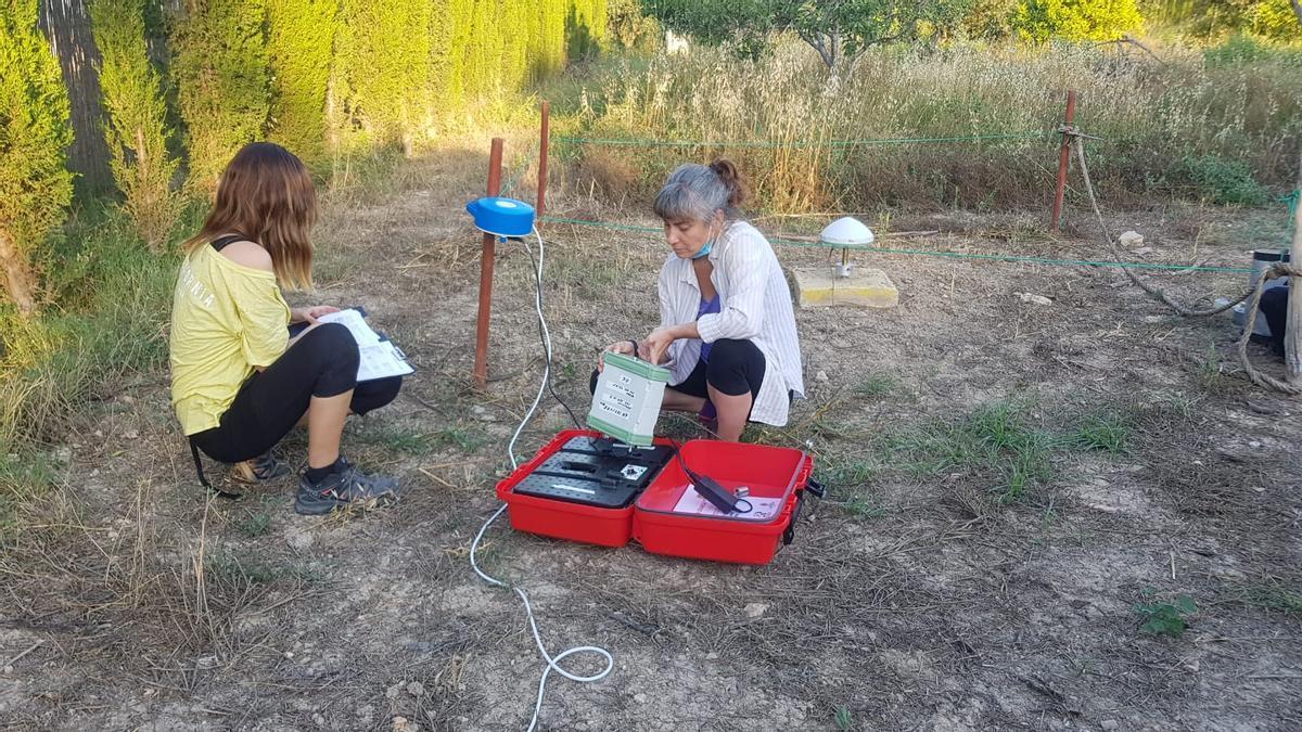 Investigadoras del IGME en Lorca, durante la última campaña de control de la sismicidad y la subsidencia en la comarca, este junio.