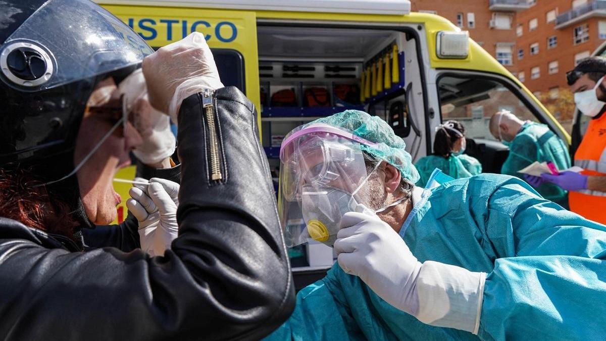 Málaga supera el millar de contagios aunque modera el ritmo de fallecimientos