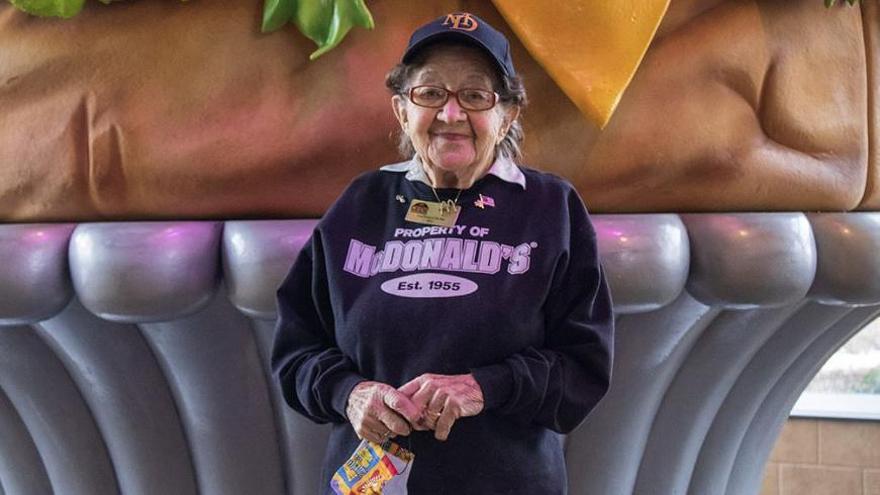 Una empleada de McDonald's en EEUU cumple 100 años sin pensar en jubilarse