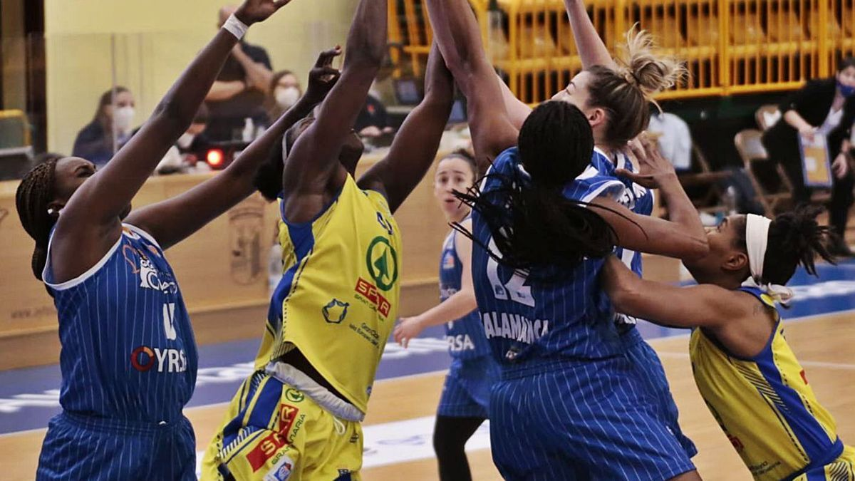 Players from Perfumerías Avenida and SPAR Gran Canaria fight for a rebound in a set of yesterday's clash |  |  ÁLEX LÓPEZ