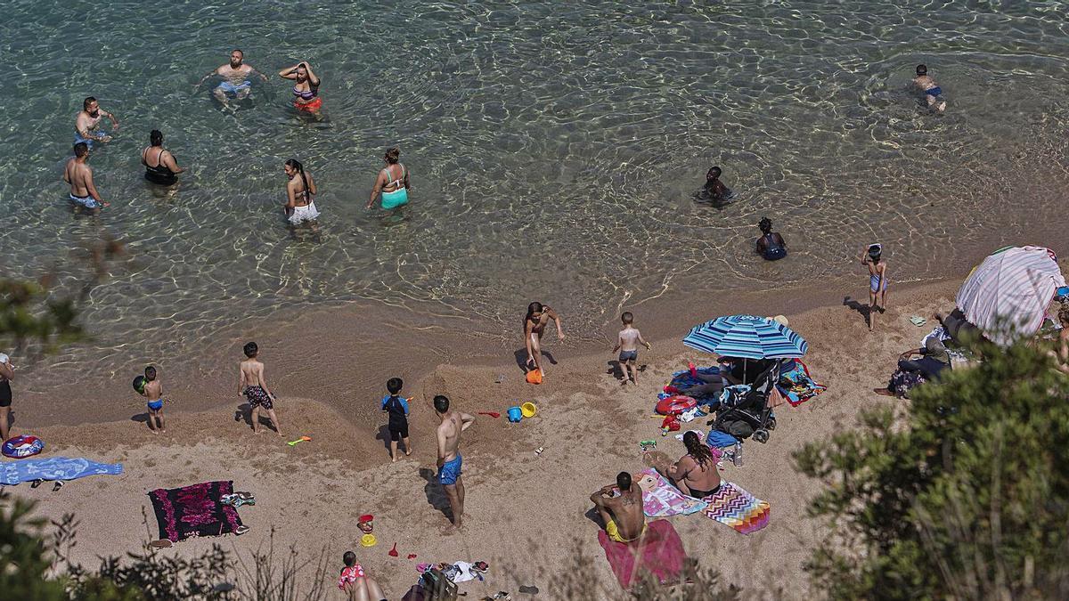 Les platges, com la de la imatge a Blanes, es van omplir de banyistes fugint de la calor