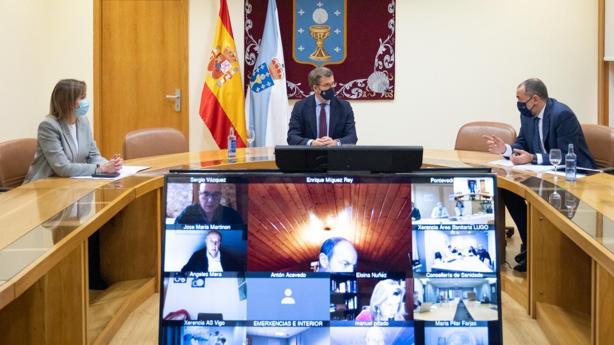 Feijóo (c) y el conselleiro de Sanidade (d), en una de las últimas reuniones del comité clínico de Galicia.