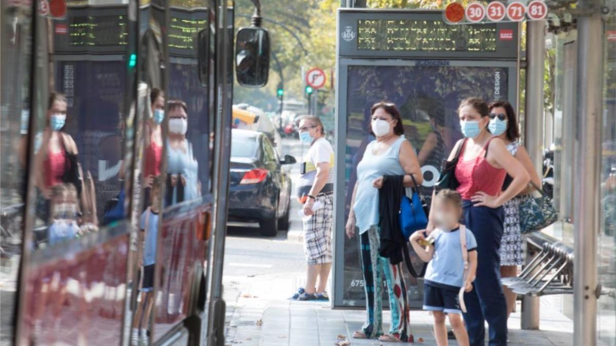 Unos usuarios esperan el autobús en una parada de Blasco Ibáñez.