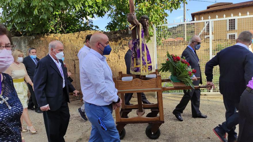 El Cristo de la Vera Cruz vence a la pandemia y procesiona en Morales de Rey