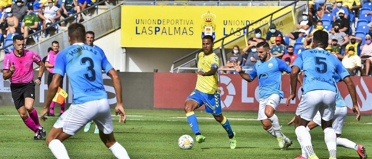 Jonathan Viera conduce el balón ante la presencia de varios jugadores de la UD Ibiza. | | ANDRÉS CRUZ