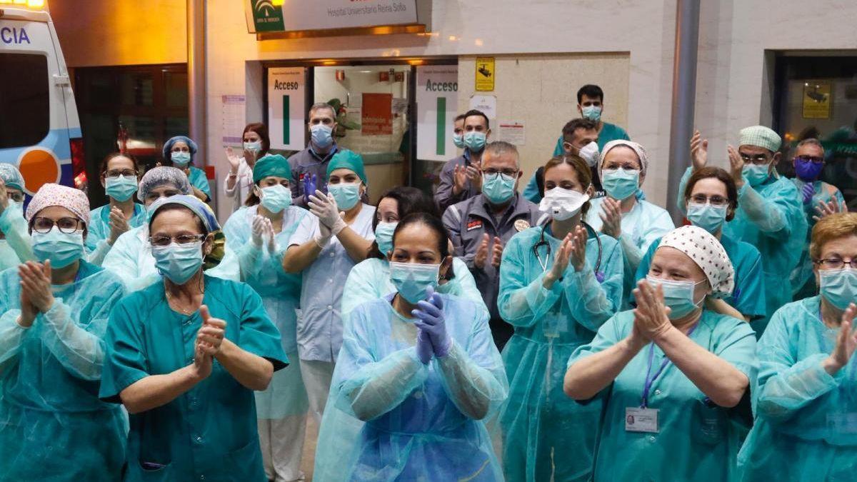 Aplausos recibidos por los sanitarios en los primeros tiempos de la pandemia.