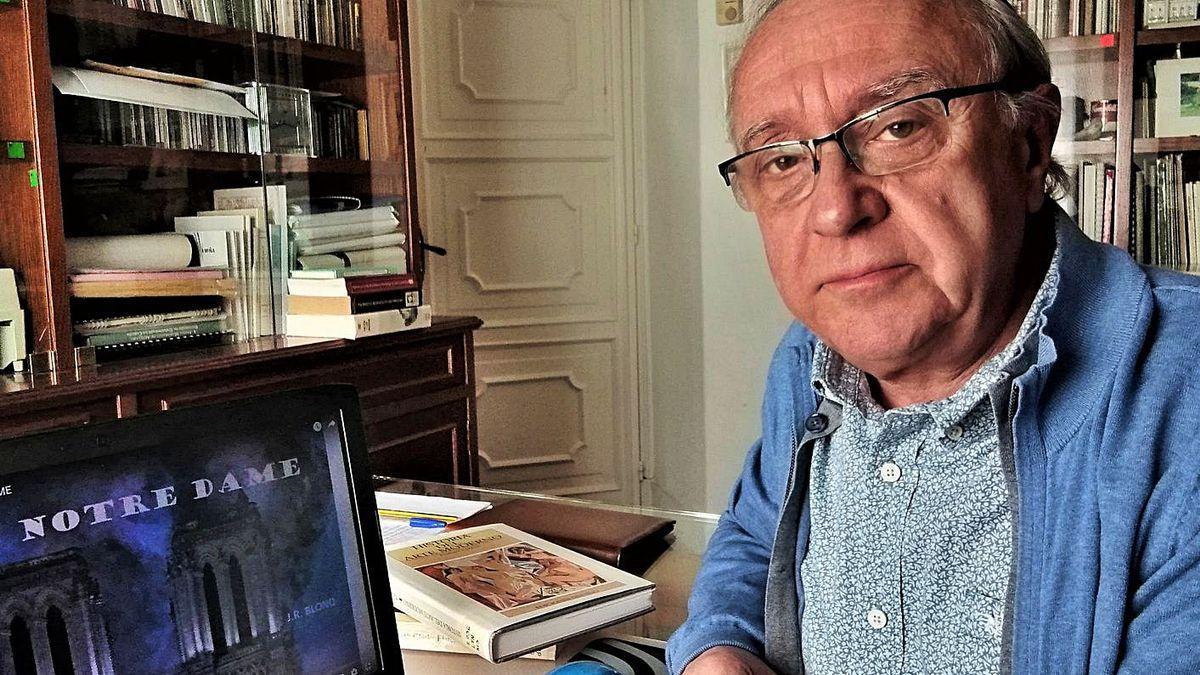 José Ramón Soraluce posa en su despacho con la portada de un vídeo de su canal de Youtube.