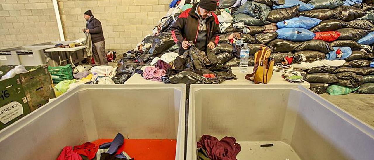 El programa de reinserción de la segunda vida para la ropa en Cáritas. | PILAR CORTÉS