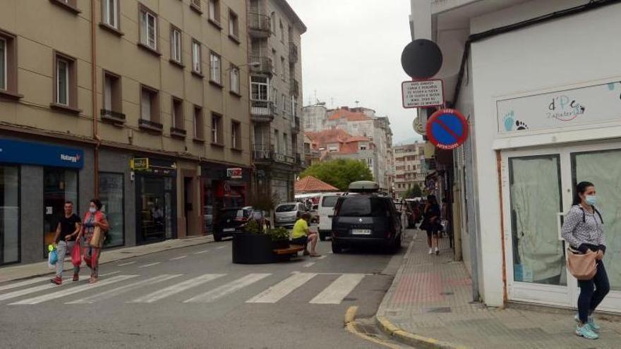 Muchos conductores no se fijan en la señal de prohibido circular. Ayer, día de mercadillo, sí que estaba permitido el tránsito de vehículos.