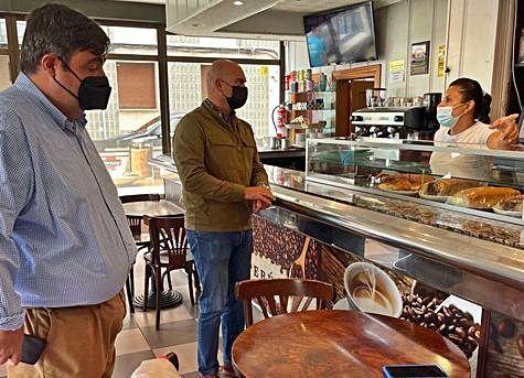 Los foristas Pelayo Barcia y Jesús Martínez Salvador, ayer, durante su visita a negocios afectados.