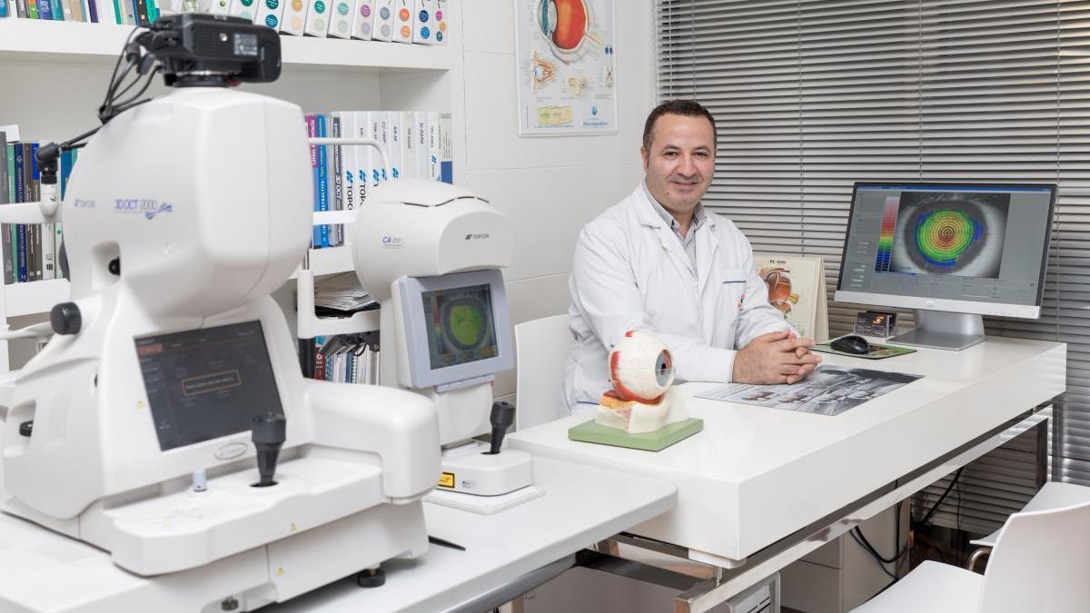 El doctor Ahmad Zaben a la seva consulta d'Optipunt.