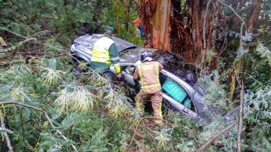 Un conductor se sale de la vía y se despeña más de 50 metros en Ourense