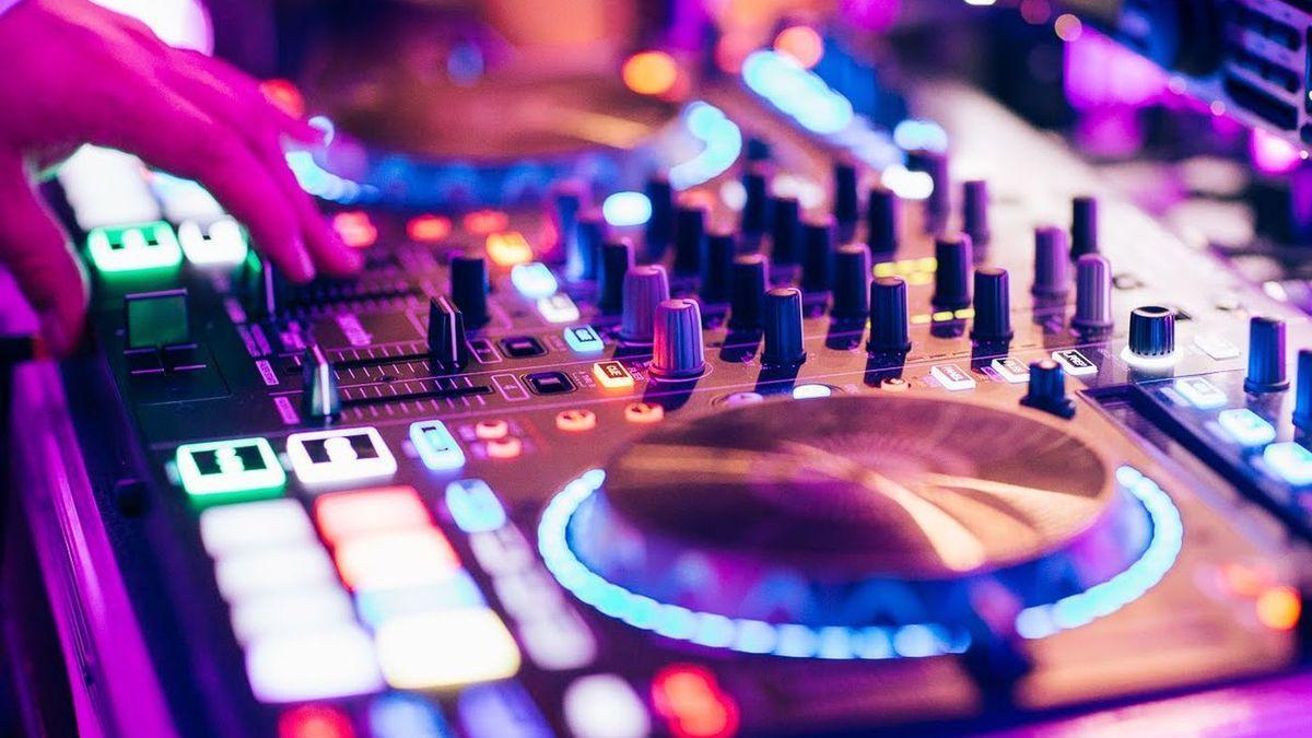 Mesa de mezclas de un DJ.