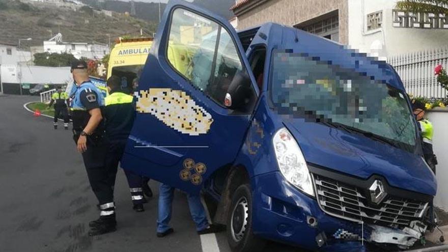 Siete menores y dos adultos heridos al semivolcar un microbús en Las Palmas