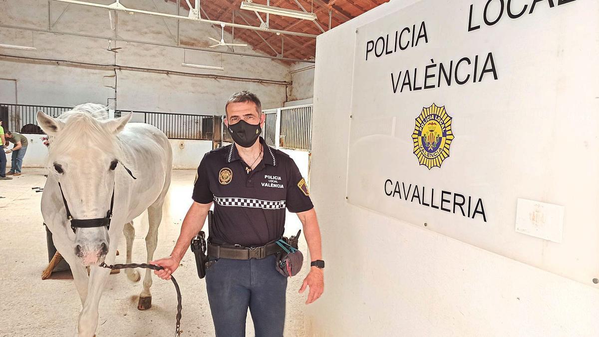 José Ramón Dual, con su caballo tras una mañana de patrulla. | J. P.