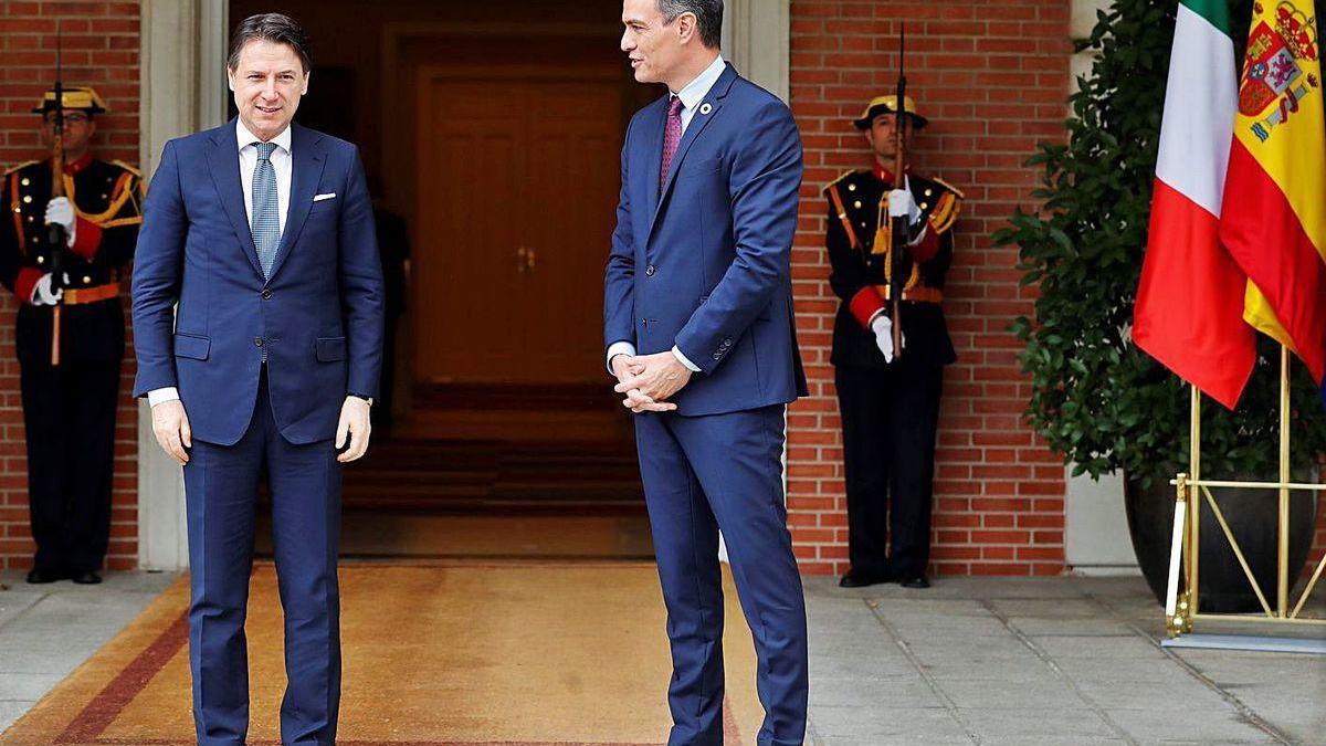 Giuseppe Conte y Pedro Sánchez, ayer a las puertas de la Moncloa.
