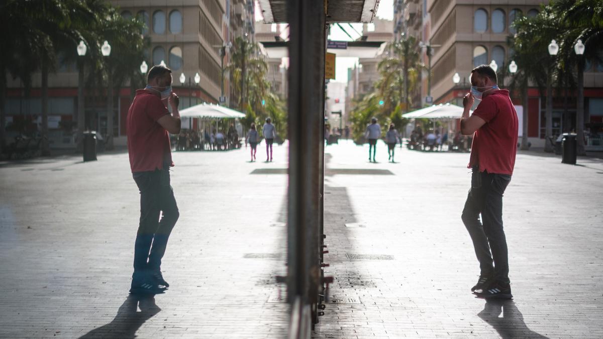 Un joven durante un paseo en Santa Cruz de Tenerife.