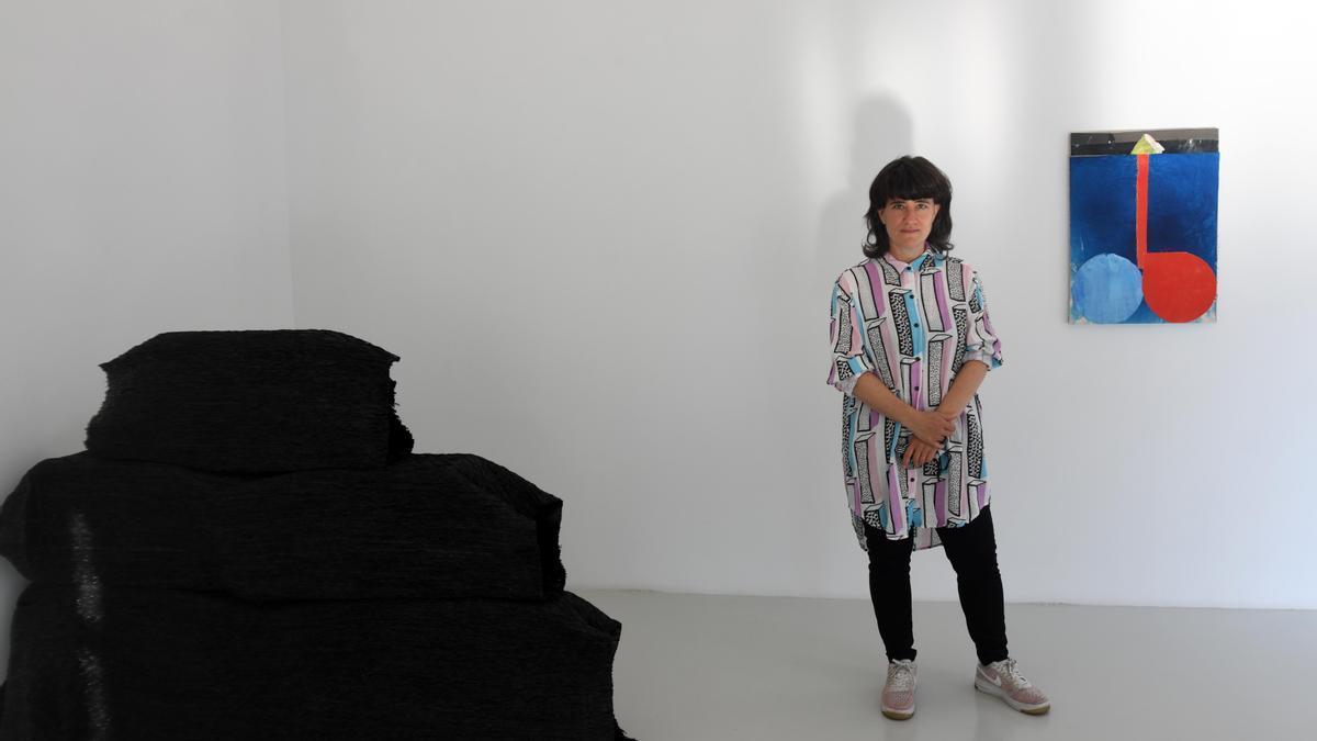 Ana Genovés posa junto a dos de las obras de la muestra.