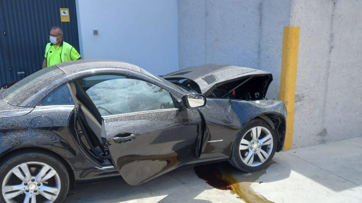 El coche se ha estrellado aparatosamente contra el muro de hormigón LEVANTE-EMV