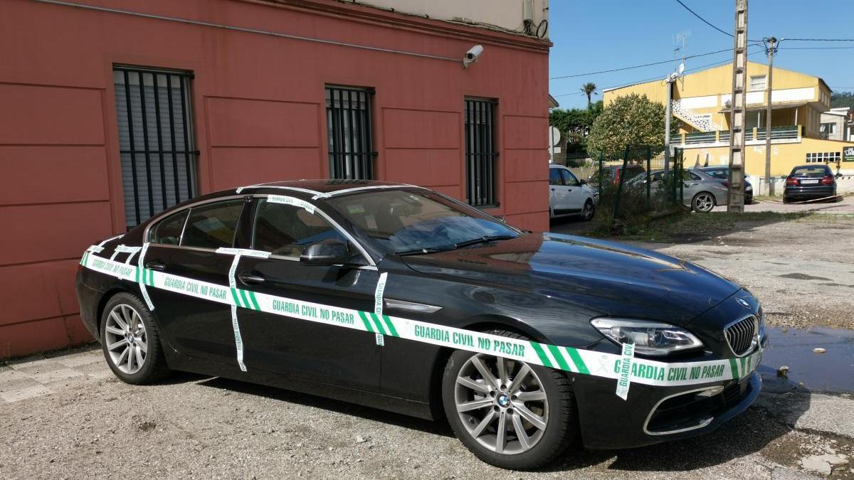 El BMW del vigués que mutiló al novio de su exmujer, precintado, ayer, en Cangas. // Santos Álvarez