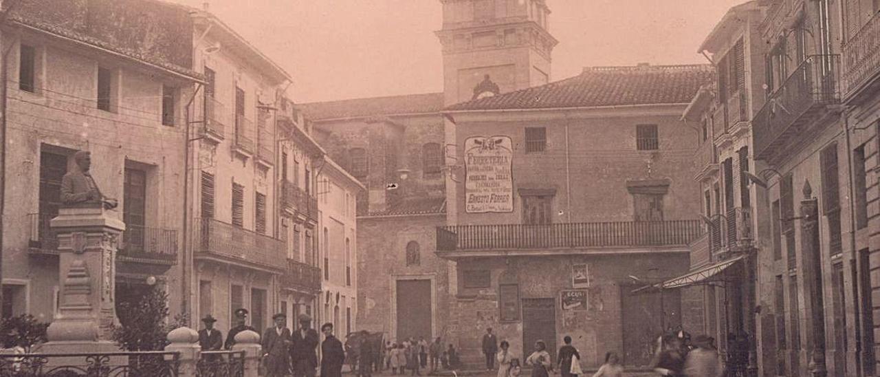Imagen de la Plaça de l'Ajuntament de Sueca a principios del siglo XX con la estadua de Bernat i Baldoví.