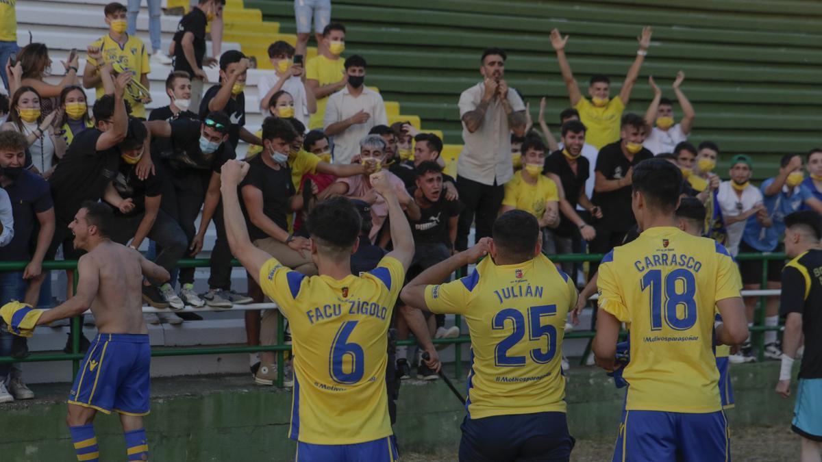 La afición enloquecida con sus jugadores tras el ascenso en el estadio Príncipe Felipe.