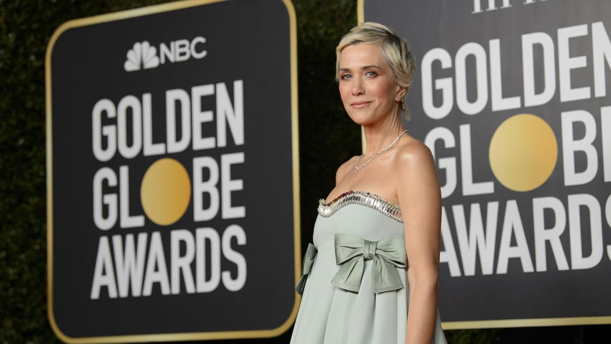 Kristen Wiig posa en la alfombra roja de los Globos de Oro.