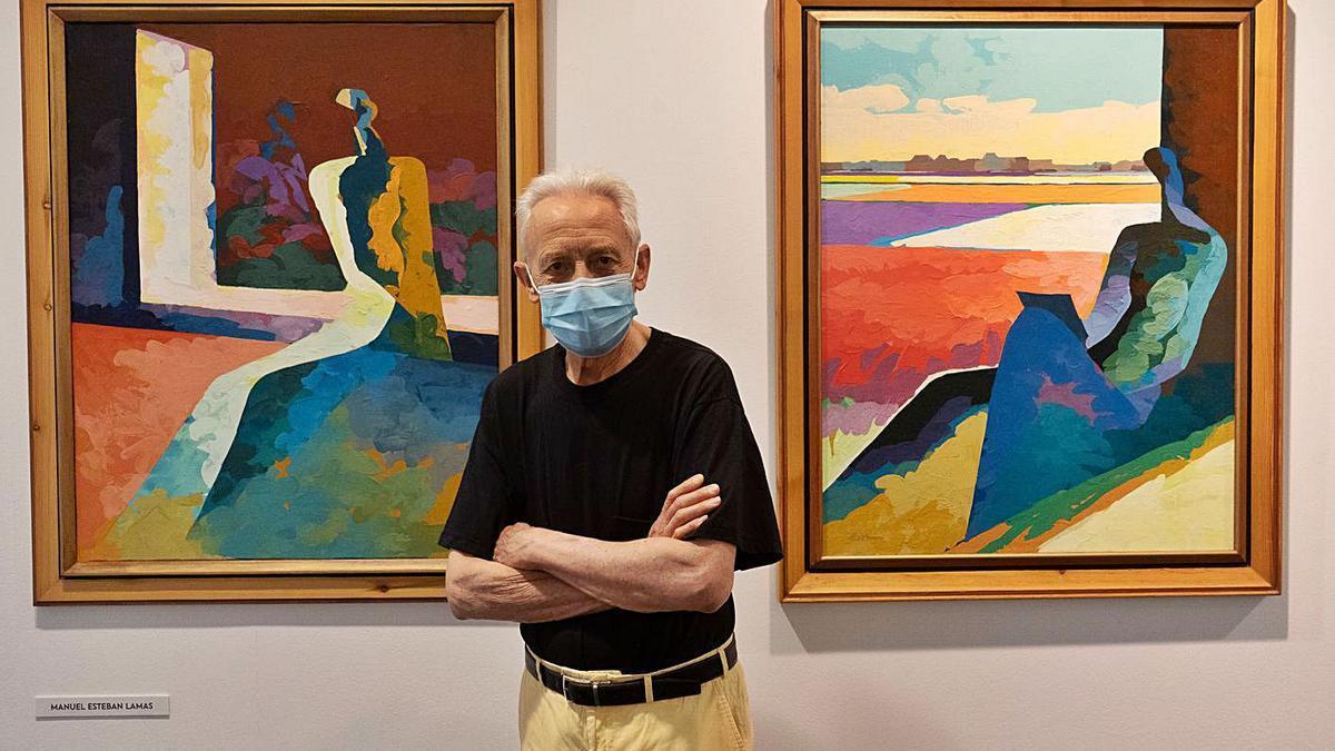 El pintor zamorano Manuel Esteban Lamas junto a sus dos obras.