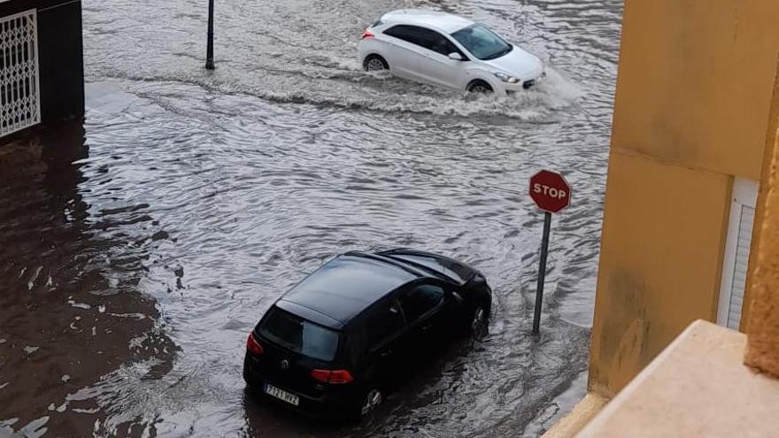 Rescatan a dos jóvenes atrapadas en un coche tras las fuertes tormentas en el sur de la provincia