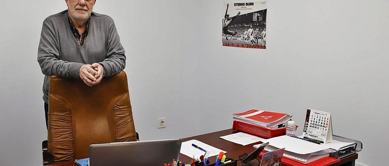 Rogelio García, en su despacho, en Mareo. En el círculo, Jorge del Rosal.   Marcos León