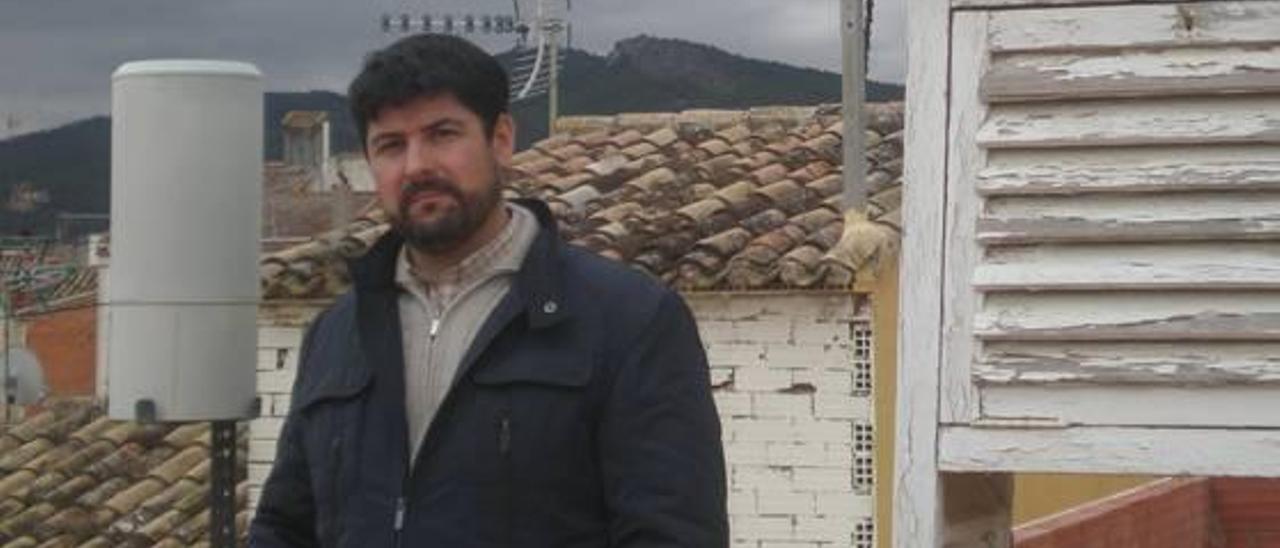 Javier Miró Pérez, en su pequeño observatorio meteorológico de Castalla.