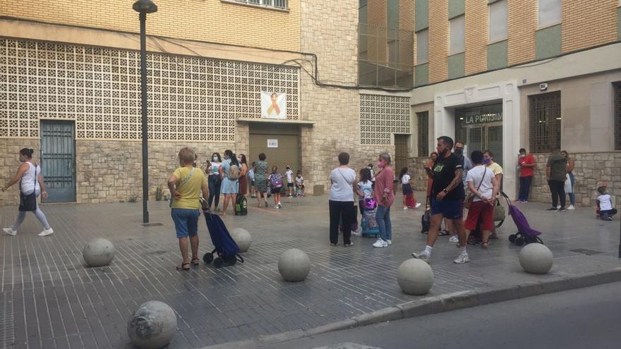 Grupos dispersos a la entrada de un colegio en Torrent.