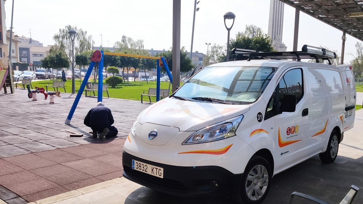 Operarios municipales instalan un nuevo columpio en la zona de juegos infantiles del jardín de Jaume I.