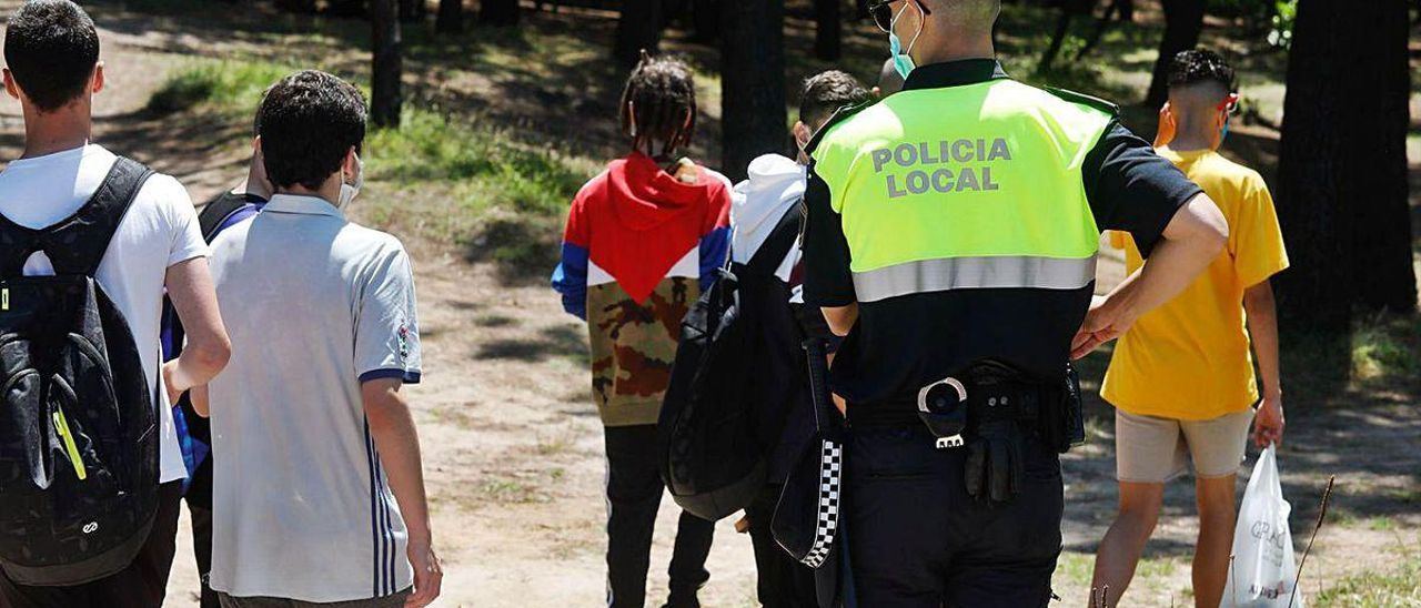 La Policía Local desaloja a un grupo de jóvenes del Pinar a principios de verano.