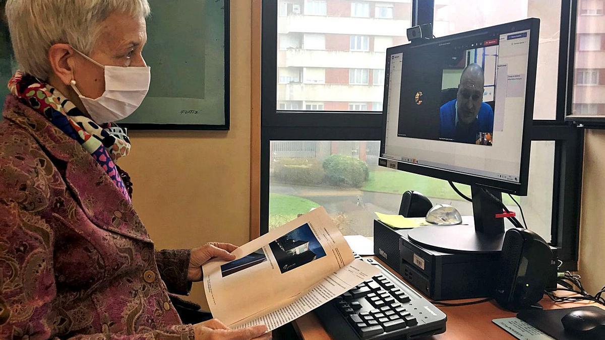 Carmen Suárez, ayer, durante la videoconferencia con el regidor (en la pantalla del ordenador). | Rep. de T. C.