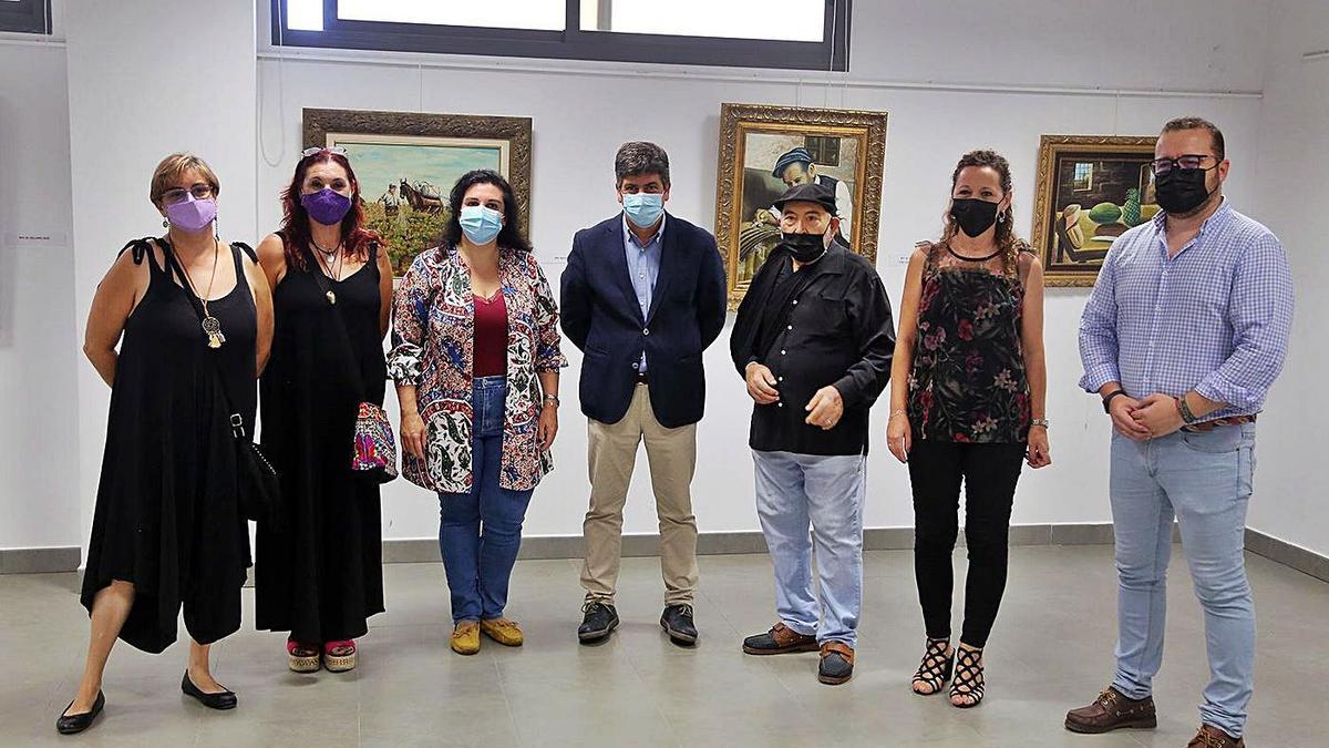Francisco Cobos Romero, junto al alcalde de Montilla y familiares y concejales de la Corporación municipal.