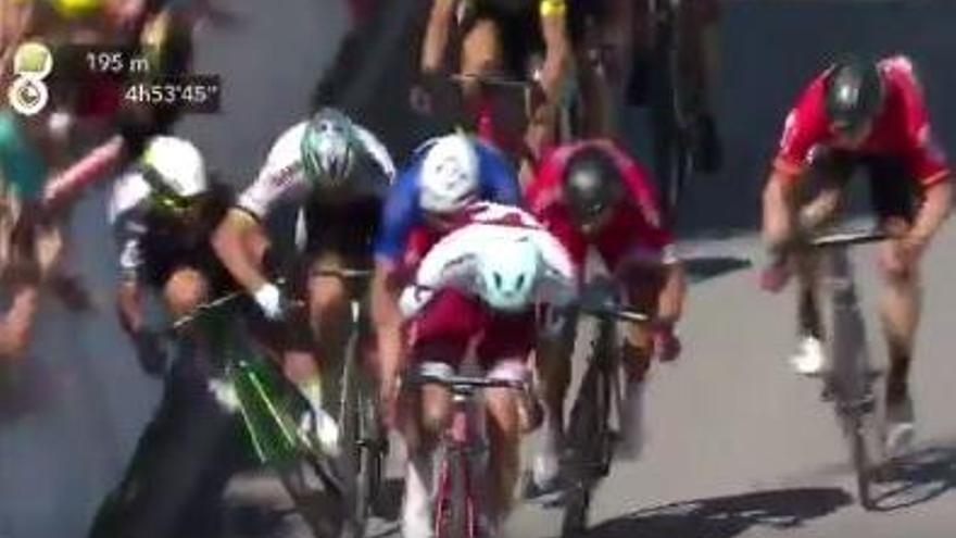 VÍDEO   Sagan envia Cavendish a l'hospital amb un cop de colze a l'esprint