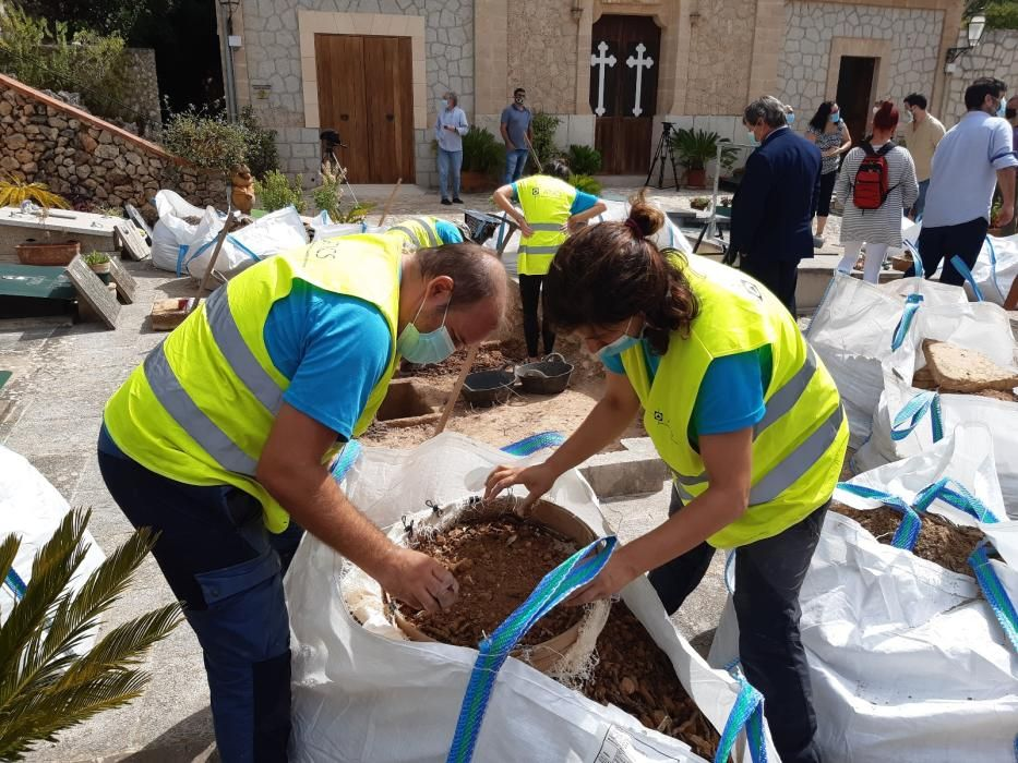 Empiezan las excavaciones en la fosa de Bunyola con el hallazgo de los primeros restos humanos