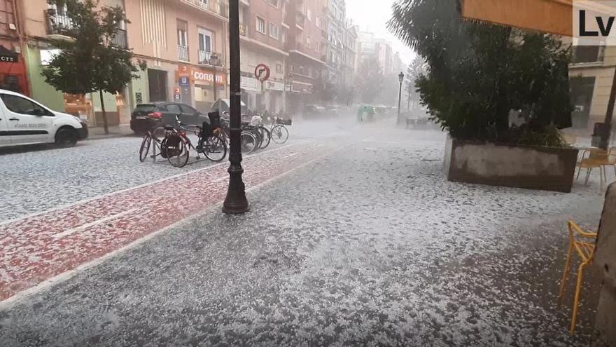 La virulencia de la granizada sobre València cubre el barrio de Ruzafa de blanco