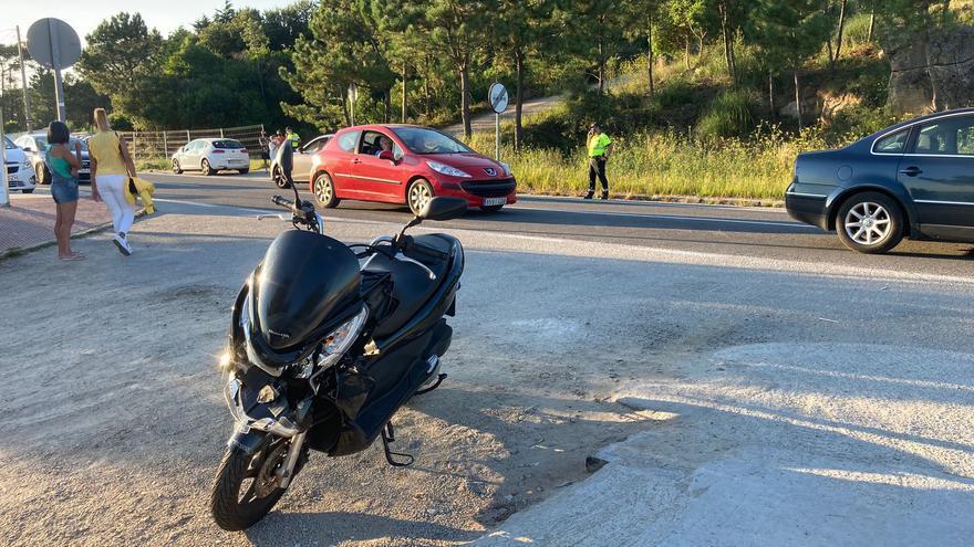 Un motorista herido en la carretera de A Lanzada