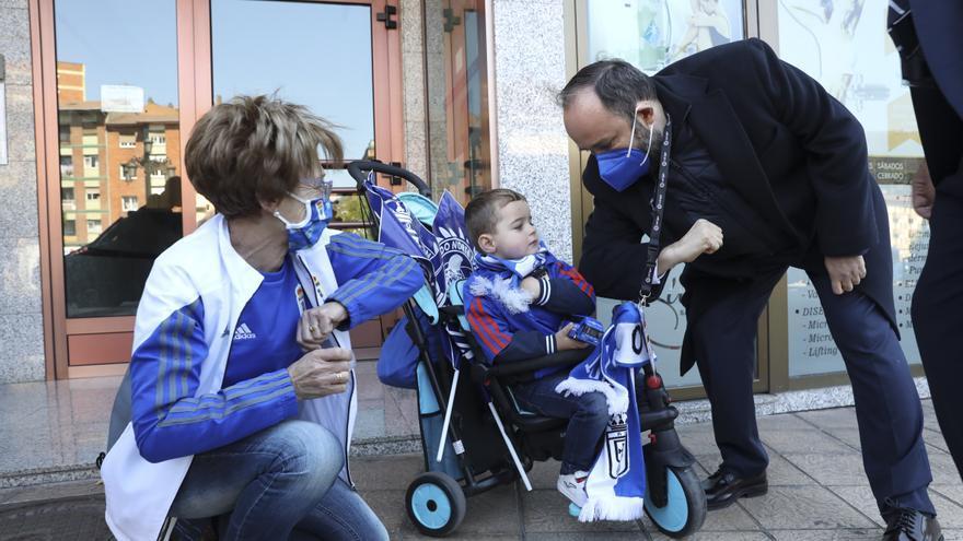 El pequeño Dani sacrifica la siesta para ver al Real Oviedo salir hacia Gijón