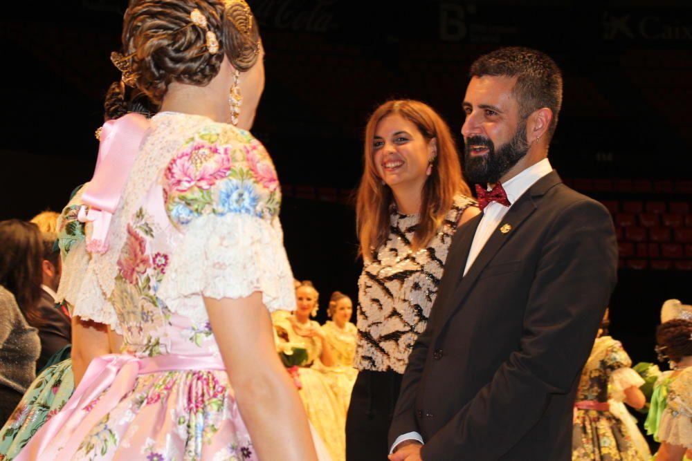 Sandra Gómez y Pere Fuset saludan a las elegidas.