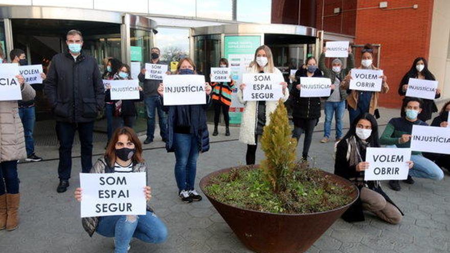 Protesta davant el centre comercial Espai Gironès de Salt: 'Volem treballar'